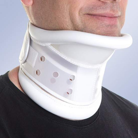 Rigid collar with chin...