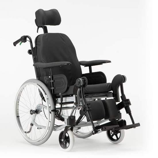 Kantelen en liggende rolstoel voor het plaatsen van clematis